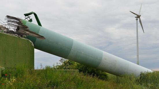Dieser 45 Meter hohe Mast einer Windenergieanlage ist nicht etwa infolge eines Unwetters umgestürzt – das Windrad wurde nach einer Laufzeit von 19 Jahren abgerissen. Quelle: dpa
