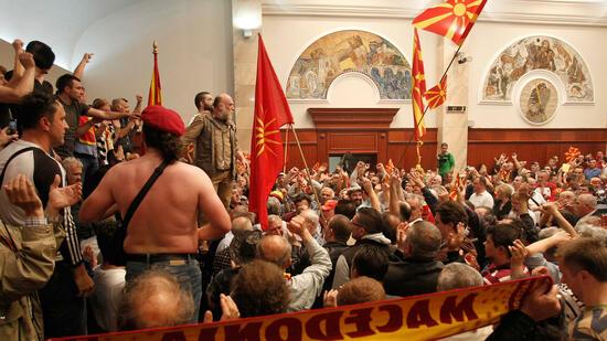 100 Verletzte: Sturm auf mazedonisches Parlament