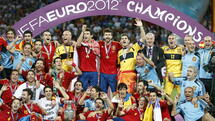 FILE - Spanish players pose with the trophy after winning the final of the UEFA EURO 2012 between Spain and Italy in Kiev, Ukraine, 01 July 2012. EPA/KERIM OKTEN UEFA Terms and Conditions apply http://www.epa.eu/downloads/UEFA-EURO2012-TCS.pdf (zu dpa «Löws Alptraum und Balotellis Jubel: Deutschlands Italien-Trauma 2012» vom 03.06.2016) +++(c) dpa - Bildfunk+++ Quelle: dpa