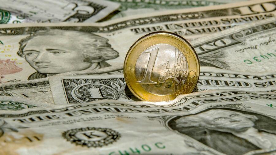 Euro/Dollar : Euro hält sich vor Fed-Entscheidung über 1,18 Dollar