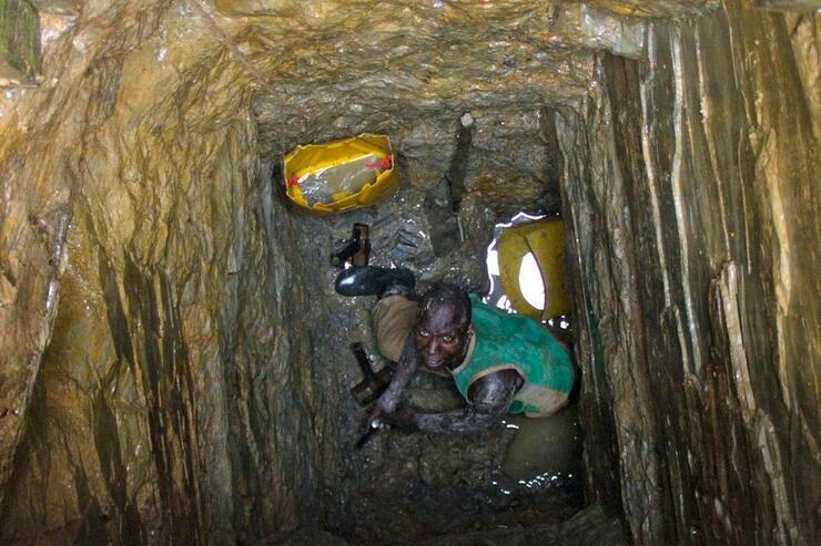 Minenarbeiter im Kongo: Die in Handys verwendeten Rohstoffe werden oft unter zweifelhaften Bedingungen abgebaut. Quelle: Fairphone