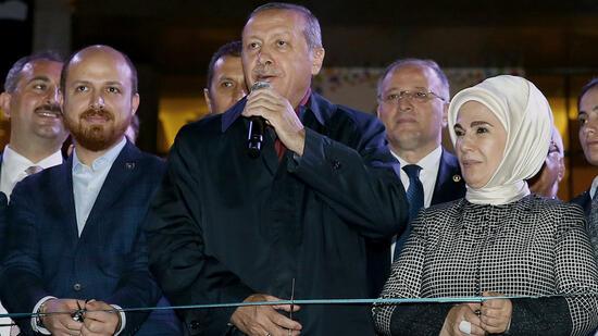 Recep Tayyip Erdogan (Mitte) mit seinem Sohn Bilal und seiner Frau Emine. Quelle: ap