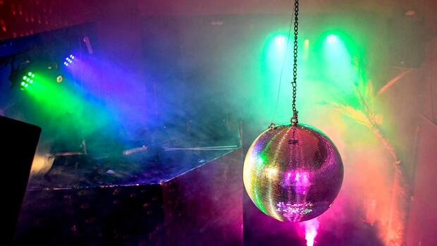 Party in der Pandemie: Tanz, Schnaps und Naivität: Kölner Club öffnet trotz Corona