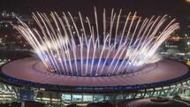 Fireworks are seen during the Opening ceremony for Rio 2016 Olympic games at Maracana Stadium in Rio de Janeiro on August 5, 2016. / AFP PHOTO / YASUYOSHI CHIBA Quelle: AFP