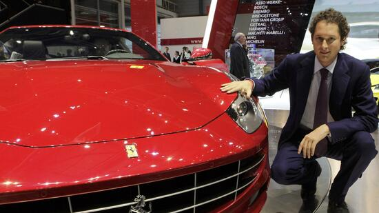 huGO-BildID: 21107913 Fiat Chairman John Elkann poses next to a new Ferrari FF car during the first media day of the 81st Geneva International Motor Show at the Palexpo in Geneva March 1, 2011. REUTERS/Denis Balibouse (SWITZERLAND - Tags: TRANSPORT BUSINESS) Quelle: Reuters