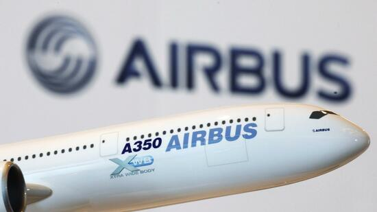 huGO-BildID: 21193279 A model of an Airbus A350 passenger plane is displayed at a news conference in Hong Kong in this March 7, 2011 file photo. A litany of back-stabbing at Europe's top aerospace group is exposed in leaked U.S. cables, which show American diplomats avidly collecting details on the cracks in U.S. planemaker Boeing's main rival. Dozens of pages of diplomatic reports reveal how feuding executives at Airbus parent EADS gave U.S. diplomats a running commentary on Franco-German rifts between 2005 and 2009. REUTERS/Bobby Yip/Files (CHINA - Tags: BUSINESS TRANSPORT POLITICS) Quelle: Reuters
