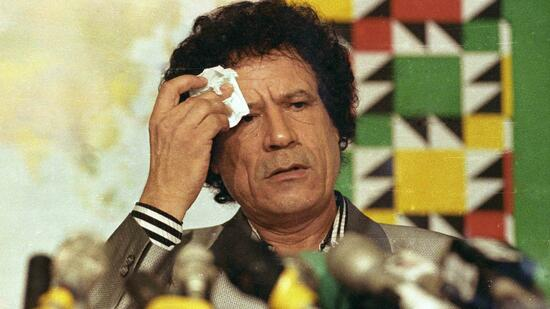 "huGO-BildID: 21018943 Libyan leader Muammar Gaddafi wipes his brow during a news conference at Al Azizia in Tripoli in this August 20, 1990 file photo. A defiant Gaddafi said on February 22, 2011 he was ready to die ""a martyr"" in Libya, vowing to crush a growing revolt which has seen eastern regions break free of his 41-year rule and brought deadly unrest to the capital. REUTERS/Charles Platiau/Files (LIBYA - Tags: POLITICS CIVIL UNREST PROFILE) QUALITY FROM SOURCE Quelle: Reuters"
