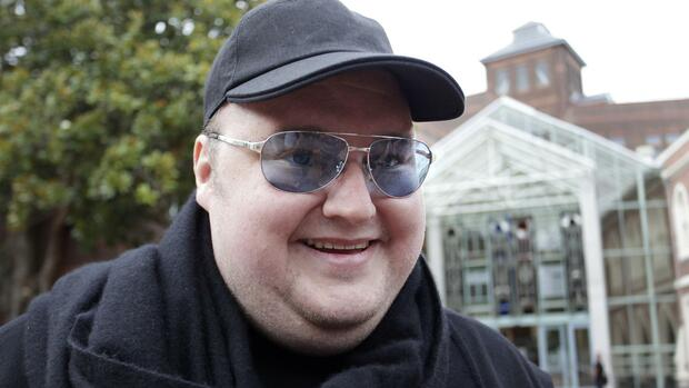 huGO-BildID: 26951308 Megaupload founder Kim Dotcom talks to members of the media as he leaves the High Court in Auckland in this February 29, 2012 file photograph. Search warrants used when 70 police raided Dotcom's New Zealand mansion were illegal, a New Zealand court ruled on June 28, 2012. German national Dotcom, also known as Kim Schmitz, was one of four men arrested in January as part of an investigation of his Megaupload.com website led by the U.S. Federal Bureau of Investigation. REUTERS/Simon Watts/Files (NEW ZEALAND - Tags: CRIME LAW SCIENCE TECHNOLOGY BUSINESS PROFILE) Quelle: Reuters