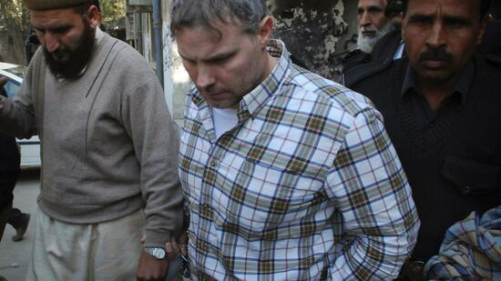 huGO-BildID: 21277909 U.S. consulate employee Raymond Davis is escorted by police and officials out of court in Lahore in this January 28, 2011 file photo. A Pakistani court on March 16, 2011 formally charged Davis, a CIA contractor, on two counts of murder at a hearing held at a prison in Lahore, a police official said, in a move that may further strain relations with the United States. REUTERS/Tariq Saeed (PAKISTAN - Tags: CRIME LAW CIVIL UNREST POLITICS) Quelle: Reuters