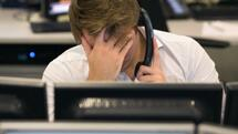 (FILES) This file photo taken on November 9, 2016 shows a trader from ETX Capital working in central London following the result of the US presidential election. Most world stocks are set to finish 2016 in positive territory despite shock votes in Britain and the United States, but 2017 is clouded by looming European elections -- and Brexit. London's FTSE 100 has gained almost 14 percent over the year, while Frankfurt's DAX 30 added about 6.4 percent and the Paris CAC 40 won 4.1 percent. / AFP PHOTO / DANIEL LEAL-OLIVAS Quelle: AFP