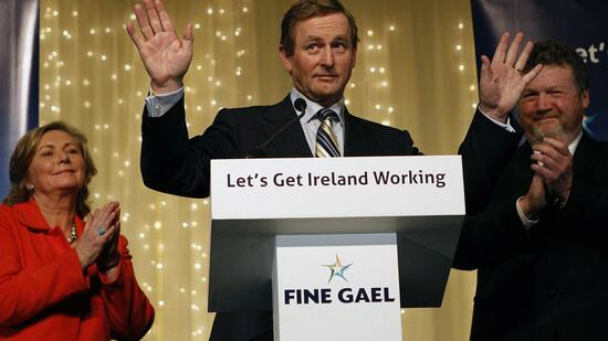 huGO-BildID: 21071948 Fine Gael leader Enda Kenny (C) addresses supporters in Dublin, February 26, 2011. Ireland's main opposition parties looked set to form a coalition with a record majority on Saturday after voters, incensed at a financial collapse and humiliating bailout, routed the government. REUTERS/Darren Staples (IRELAND - Tags: POLITICS ELECTIONS IMAGES OF THE DAY) Quelle: Reuters