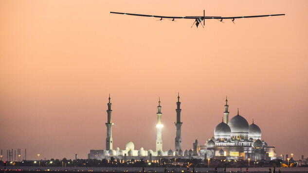 epa04644091 A handout photograph made available by Solar Impulse | Stefatou | Rezo.ch showing Solar Impulse 2, the only solar airplane able to fly day and night without a drop of fuel, is flying over the Sheikh Zayed Grand Mosque in Abu Dhabi, UAE, 02 March 2015. The aircraft is undertaking preparation flights for the first ever Round-The-World Solar Flight which will be attempted starting early March from Abu Dhabi. Swiss founders and pilots, Bertrand Piccard and Andre Borschberg, hope to demonstrate how pioneering spirit, innovation and clean technologies can change the world. The duo will take turns flying Solar Impulse 2, changing at each stop and will fly over the Arabian Sea, to India, to Myanmar, to China, across the Pacific Ocean, to the United States, over the Atlantic Ocean to Southern Europe or Northern Africa before finfishing the journey by returning to the initial departure point. Landings will be made every few days to switch pilots and organize public events for governments, schools and universities. EPA/SOLAR IMPULSE / REVILLARD / REZO.CH / HANDOUT HANDOUT EDITORIAL USE ONLY/NO SALES +++(c) dpa - Bildfunk+++ Quelle: dpa