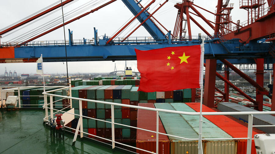 "Die chinesische Flagge weht auf der Brücke des Containerschiffs ""CSCL Globe"" der Reederei China Shipping Group beim Anlegen am Containerterminal Eurogate in Hamburg. Quelle: dpa"