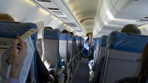 """Blick in eine Flugzeug-Kabine: """"Wie kommt es, dass kerngesunde Passagiere anschließend krank sind?"""" Quelle: dpa"""