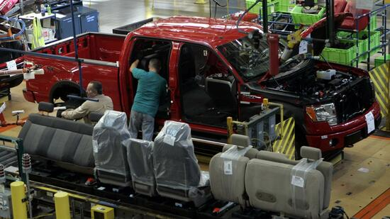 huGO-BildID: 12432528 Ford Motor Co. assembly workers put the seats in a 2009 F-150 pickup truck at Dearborn Truck Plant in Dearborn, Michigan October 30, 2008. Ford Motor Co said on Thursday it will add a shift at its Dearborn truck plant in January to produce the newly designed F-150 pickup truck, adding 1,000 union-represented jobs at the plant. REUTERS/Rebecca Cook (UNITED STATES) Quelle: Reuters