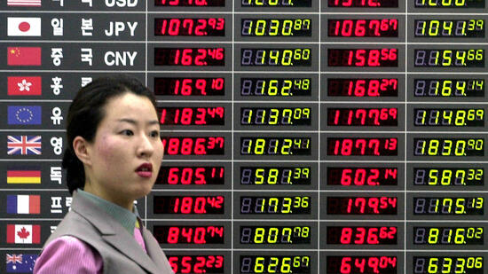 huGO-BildID: 2916718 A South Korean woman walks past an electronic board indicating foreign exchange rates at the new Inchon International Airport, west of Seoul, Wednesday, March 21, 2001. Combined with the quickly weakening won, shares on the Korea Stock Exchange fell slightly Wednesday morning following the disappointing interest rate cut by the U.S. Federal Reserve. (AP Photo/Yun Jai-hyoung) ## A South Korean woman walks past an electronic board indicating foreign exchange rates at the new Inchon International Airport, west of Seoul, Wednesday, March 21, 2001. Combined with the quickly weakening won, shares on the Korea Stock Exchange fell slightly Wednesday morning following the disappointing interest rate cut by the U.S. Federal Reserve. (AP Photo/Yun Jai-hyoung) Quelle: ap