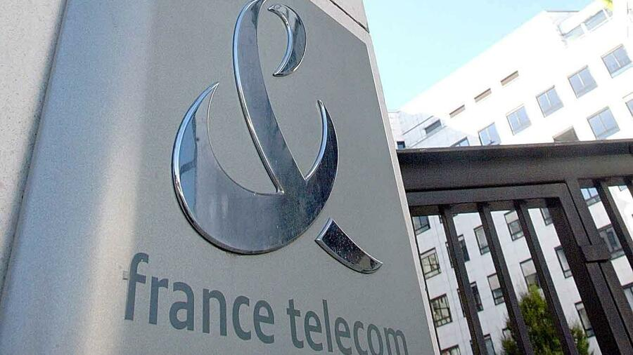 huGO-BildID: 2233965 ** FILE ** The France Telecom headquarters are seen in Paris in this Sept. 13, 2002 file photo. France Telecom plans to sell its 28.5 percent stake in Mobilcom to the German telecommunications company's creditors, German business daily 'Handelsblatt' said Monday, Oct. 14, 2002, citing Mobilcom sources. In return, the creditors would forgive part of a 4.7 billion Euro (US$ 4.64 billion) Mobilcom loan that is due for repayment Monday, the newspaper said. (AP Photo/Michel Euler) ## ** FILE ** The France Telecom headquarters are seen in Paris in this Sept. 13, 2002 file photo. France Telecom plans to sell its 28.5 percent stake in Mobilcom to the German telecommunications company's creditors, German business daily 'Handelsblatt' said Monday, Oct. 14, 2002, citing Mobilcom sources. In return, the creditors would forgive part of a 4.7 billion Euro (US$ 4.64 billion) Mobilcom loan that is due for repayment Monday, the newspaper said. (AP Photo/Michel Euler) Quelle: ap