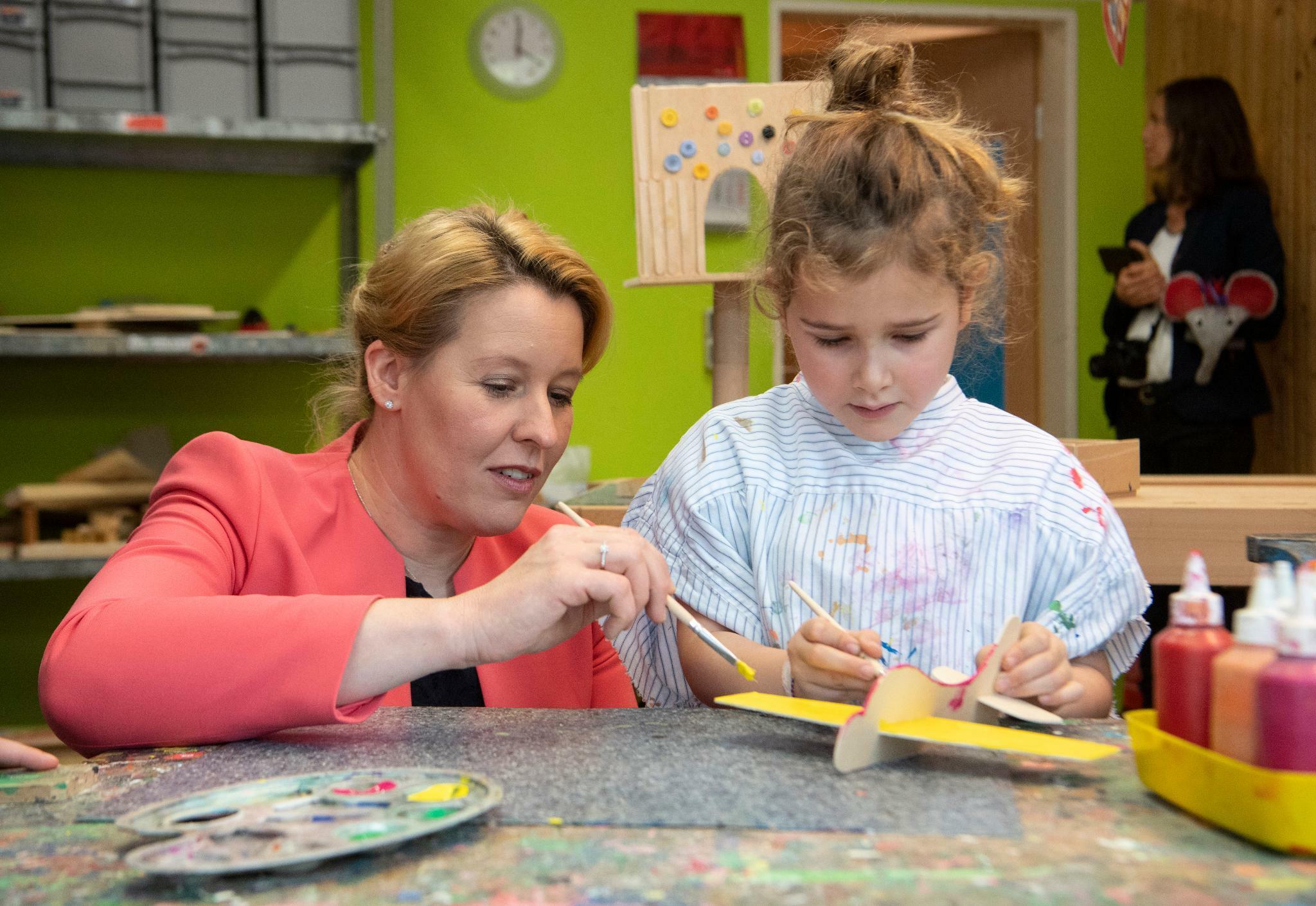 Familienministerin Giffey wirbt für neues Kindergeld der SPD