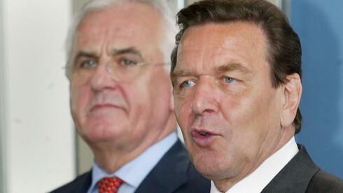 Für die Regierung von Bundeskanzler Gerhard Schröder hat eine Kommission um Peter Hartz (l.) die Arbeitsmarktreformen erarbeitet. Quelle: dpa