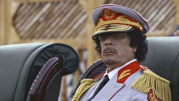 huGO-BildID: 18356518 A photograph made available 13 June 2010, shows Libyan Leader Muammar Gaddafi during a celebration to commemorate the 40th anniversary of the closing of the US military bases in Libya, Tripoli, Libya, late 12 June 2010. The closing of the US military bases in Libya took place on 11 June 1970, less than ten months after Libyan Leader Muaamar Gaddafi led a coup against the monarchical regime on 01 September 1969.The commemoration which normally takes place every 11 June was delayed because it fell on the same day of the opening of the FIFA World Cup 2010 in South Africa. EPA/SABRI ELMHEDWI +++(c) dpa - Bildfunk+++ Quelle: dpa