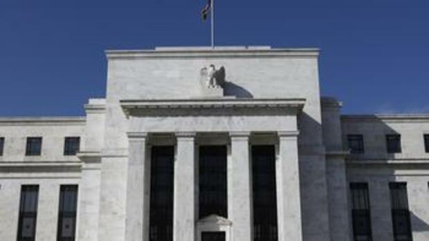 """"""" In diesem Dossier erfahren Sie, wie eine Gruppe von privaten Bankiers einen Präsidenten 'macht', wie sie den Kongress überlistet und wie sie die Kontrolle über Regierungen und über das Geld ausübt. Als Instrument für die Erreichung ihrer Ziele dient dabei die mächtigste Bank der Welt, die Federal Reserve Bank (FED)."""" Vor Jahren in einer Nacht-und-Nebel-Aktion gegründet."""
