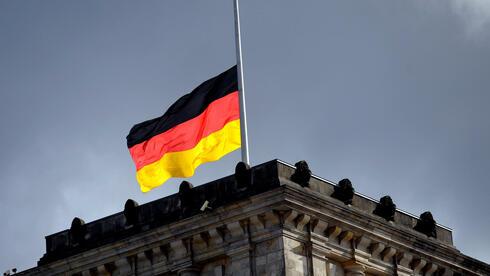 Schon auf halbmast? Ökonomen fürchten um die wirtschaftliche Zukunft Deutschlands. Quelle: dpa