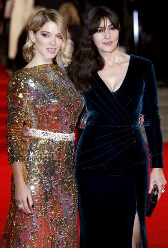 Lea Seydoux and Monica Bellucci (rechts) posieren in London bei der Weltpremiere des neuen Bond-Films. Quelle: Reuters