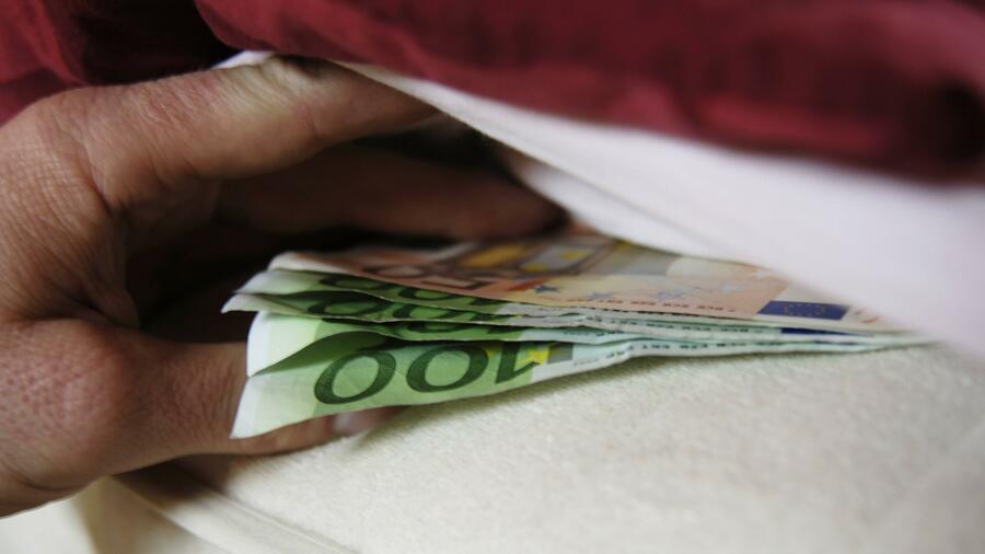 banken in griechenland griechen lassen ihr geld unter der matratze. Black Bedroom Furniture Sets. Home Design Ideas