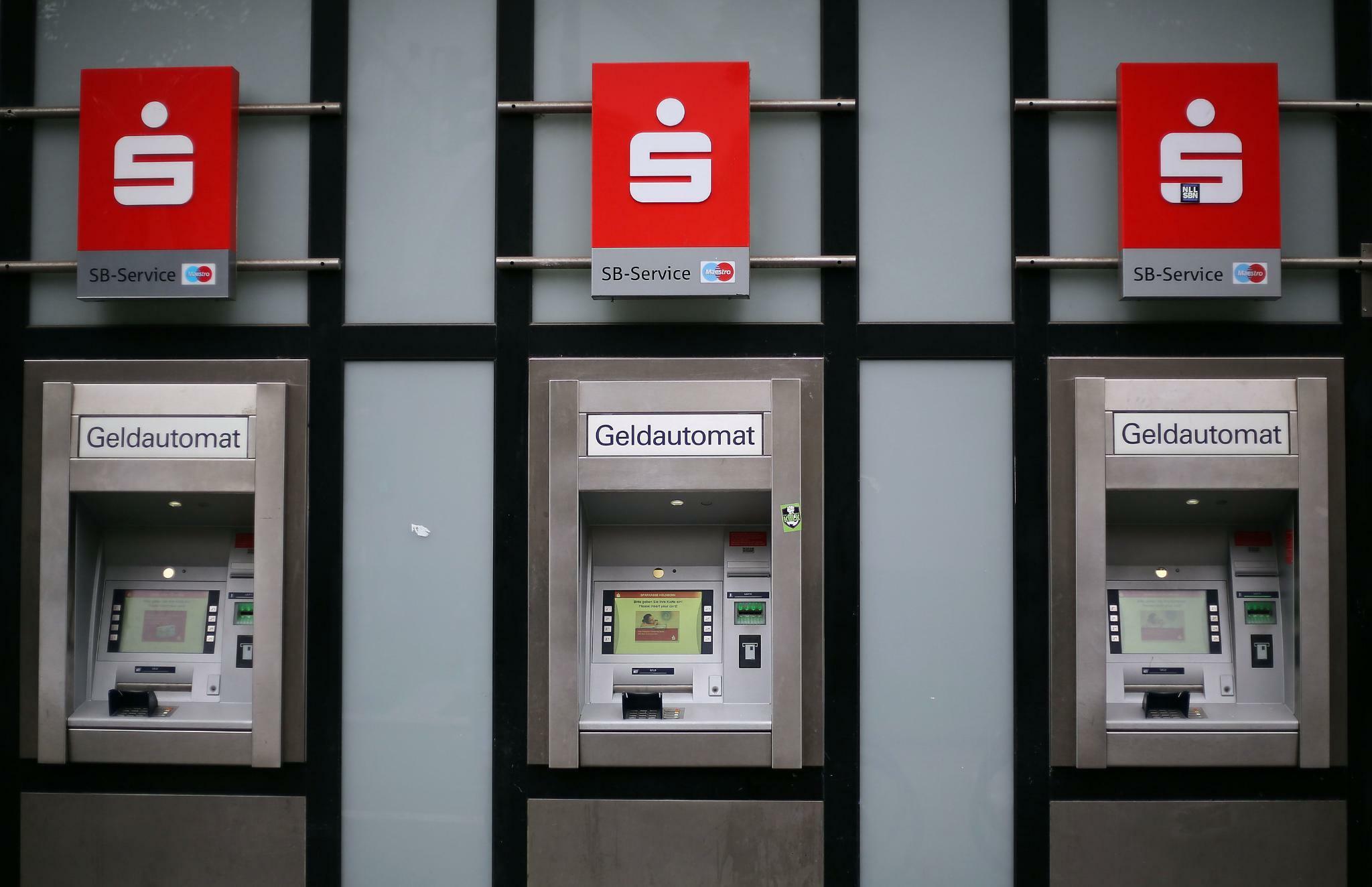 Girokonten: Banken und Sparkassen umgehen mit Gebührenerhöhung die Minuszinsen