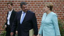 German Chancellor Angela Merkel and Economy Minister Sigmar Gabriel leave after a news conference at the German government guesthouse Meseberg Palace, Germany, May 25, 2016. REUTERS/Hannibal Hanschke Quelle: Reuters
