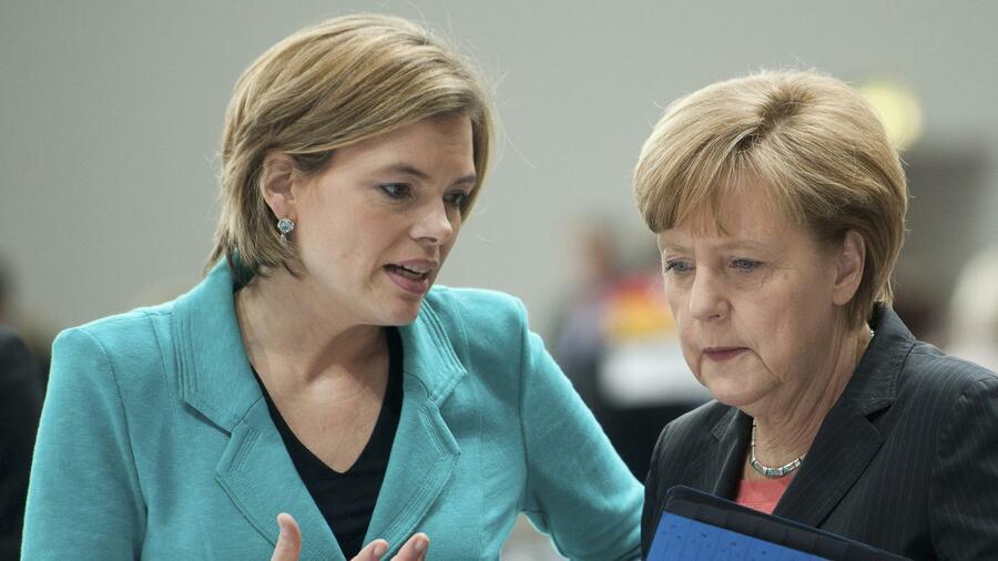 die stellvertretende cdu vorsitzende julia klckner spricht mit angela merkel die union kritisiert - Julia Klockner Lebenslauf