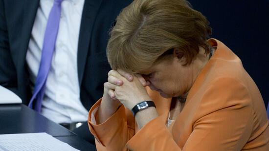 huGO-BildID: 27200399 German Chancellor Angela Merkel listens to a speech during a special session of the German Parliament Bundestag in Berlin, Germany, Thursday, July 19, 2012. Germany's Parliament is interrupting its summer break to vote on a rescue package worth up to euro 100 billion (US dollar 122 billion) for Spain's ailing banks. (Foto:Gero Breloer/AP/dapd) Quelle: dapd