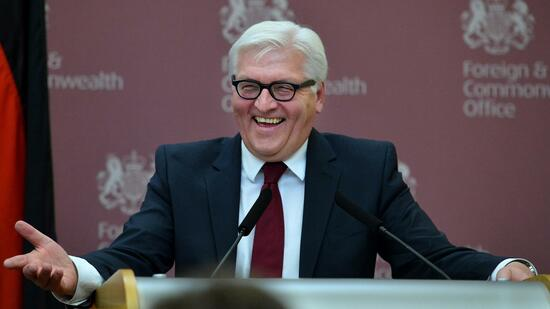 Gut gelaunter Antrittsbesuch in London: Außenminister Frank-Walter Steinmeier. Quelle: Reuters