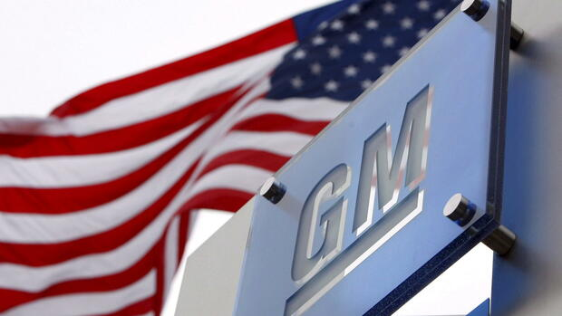 epa05270481 (FILE) A file picture dated 19 November 2008 shows flags flying outside the General Motors (GM) World Headquarters in the Renaissance Center in Detroit, Michigan, USA. General Motors Co. (GM) on 21 April 2016 released their 1st quarter 2016 results, saying their net income stood at 2 billion USD, more than doubling the figure from 2015. GM also said their revenue was 37.3 billion USD, compared with 35.7 billion USD in the same period in 2015. EPA/JEFF KOWALSKY *** Local Caption *** 51455812 +++(c) dpa - Bildfunk+++ Quelle: dpa