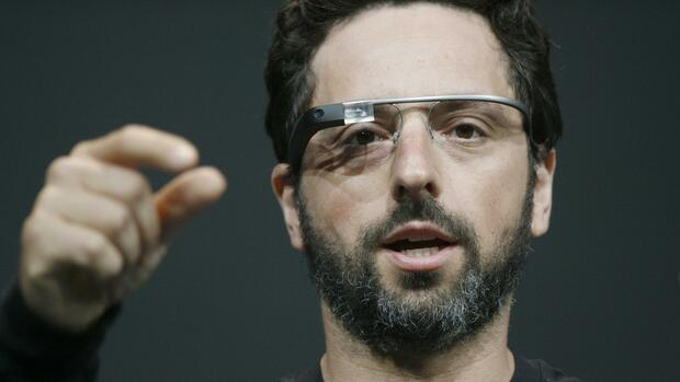 (FILES)Sergey Brin, co-founder of Google appear at the keynote with the Google Glass to introduce the Google Class Explorer edition during Google's annual developer conference, Google I/O, in this June 27, 2012 file photo in San Francisco. Google's Internet-connected eyewear Glass is to be given a new range of fashionable titanium frames to broaden its appeal beyond the ranks of the tech-savvy but style-deprived the tech giant announced January 28, 2014. The new look spectacles will be compatible with corrective lenses and, thanks to a new collaboration with a private insurer, will become available on prescription. AFP PHOTO/Kimihiro Hoshino / FILES Quelle: AFP