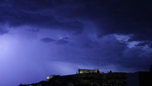 Die Opposition kritisiert die Griechenland-Politik von Bundeskanzlerin Angela Merkel. Quelle: dapd