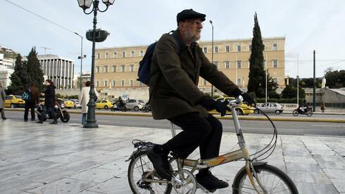 Fahrradfahrer vor dem griechischen Parlament: Es geht voran. Quelle: dapd