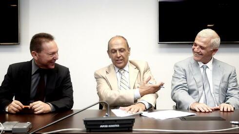 Zerstrittene Männerrunde? Finanzminister Stournaras entlässt den Chef der Privatisierungskur Stelios Stavridis, offenbar weil der im Privatjet des Reeders Dimitris Melissanidis mitgeflogen war (v.l.n.r.). Quelle: dpa