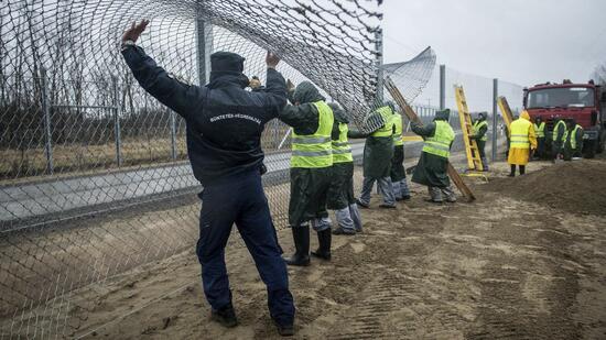 Ungarn setzt Flüchtlinge an Grenzen fest