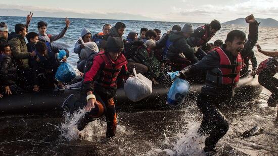 Flüchtlinge freuen sich bei der Ankunft in Griechenland – der Staat aber fürchtet eine neue Einwanderungswelle. Quelle: dpa