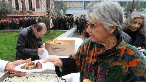 Eine Ausgabestelle für kostenlose Mahlzeiten in Athen: Die Rezension erfasst breite Bevölkerung. Quelle: dpa
