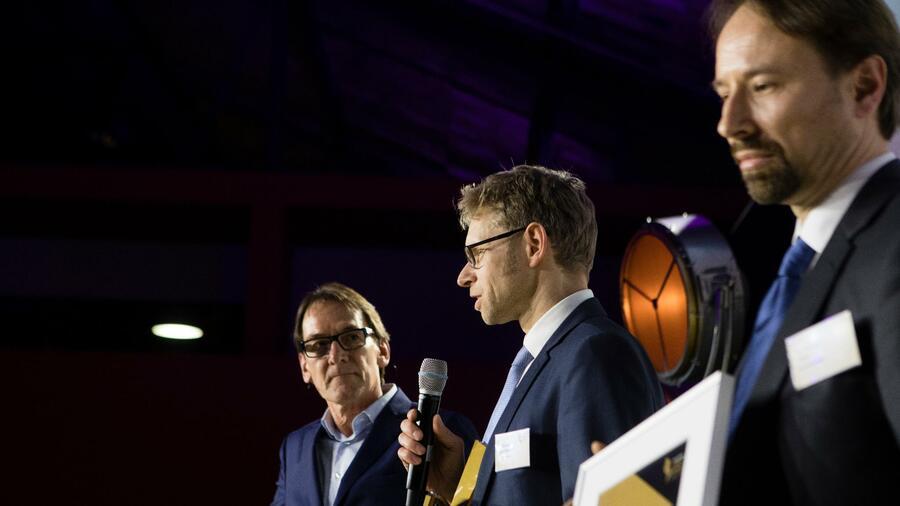 Michael Niggemann (Mitte) und Christian Haase (re.), wurden in der Kategorie Start-up ausgezeichnet. Links: Laudator Uli Huener. Quelle:  Nils Bröer für Handelsblatt