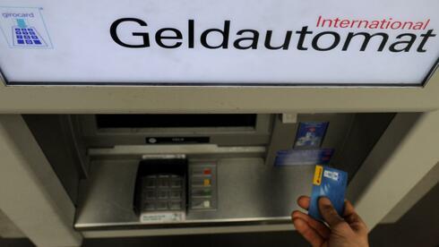 Ein Kunde hebt mit seiner Girokarte Bargeld ab. Das Bürgerkonto gibt nur Guthaben aus. Quelle: dpa