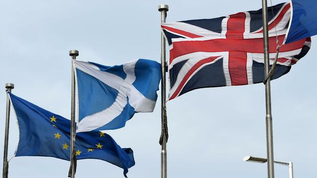 A Scottish Saltire (C) flies between a Union flag (R) and a European Union (EU) flag, in front of the Scottish Parliament building in Edinburgh, on March 3, 2017. Scotland's announcement on Monday that it will begin preparations for a new independence bid raised the spectre of one of Brexit's most feared consequences -- the end of the United Kingdom. / AFP PHOTO / Lesley Martin Quelle: AFP