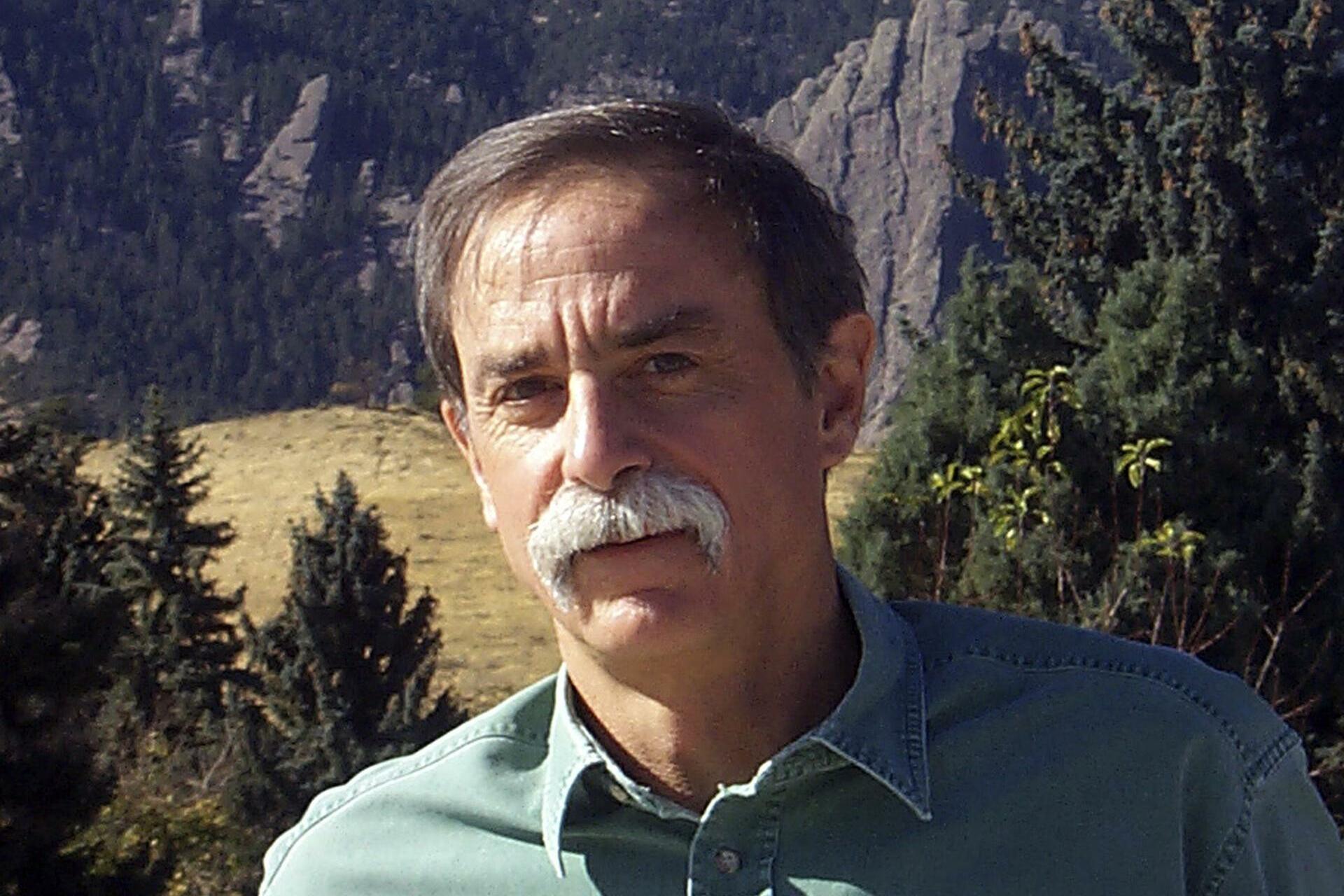 """Physik-Nobelpreis: David WinelandAuch Wineland ist Jahrgang 1944, und wie sein französischer Kollege hat auch der US-Amerikaner bei einem Nobelpreisträger promoviert, dem 2011 verstorbenen Norman Ramsey. Nach einer Zwischenstation an der University of Washington wechselte er 1975 ans National Institute of Standards and Technology in Boulder (Colorado), wo er sich unter anderem mit Ionenfallen beschäftigte - dem Forschungsfeld, für das er nun den Nobelpreis erhielt.  Die Forschung des US-Amerikaners basiert auf den Erkenntnissen von Wolfgang Paul und Hans Dehmelt, die bereits 1989 den Nobelpreis erhielten. """"Bescheiden"""", """"sportlich"""" und """"humorvoll"""" - so beschreiben seine Kollegen den """"24-Stunden-Physiker"""". Fritz Riehle, Leiter der Abteilung Optik der Physikalisch-Technischen Bundesanstalt (PTB), findet große Worte für Winelands Zusammenarbeit mit Dehmelt: """"Wir sind alle kleine Zwerge, die auf den Schultern von Riesen stehen. Das ist ein Riese, der auf den Schultern von einem anderen Riesen steht."""" Quelle: Reuters"""