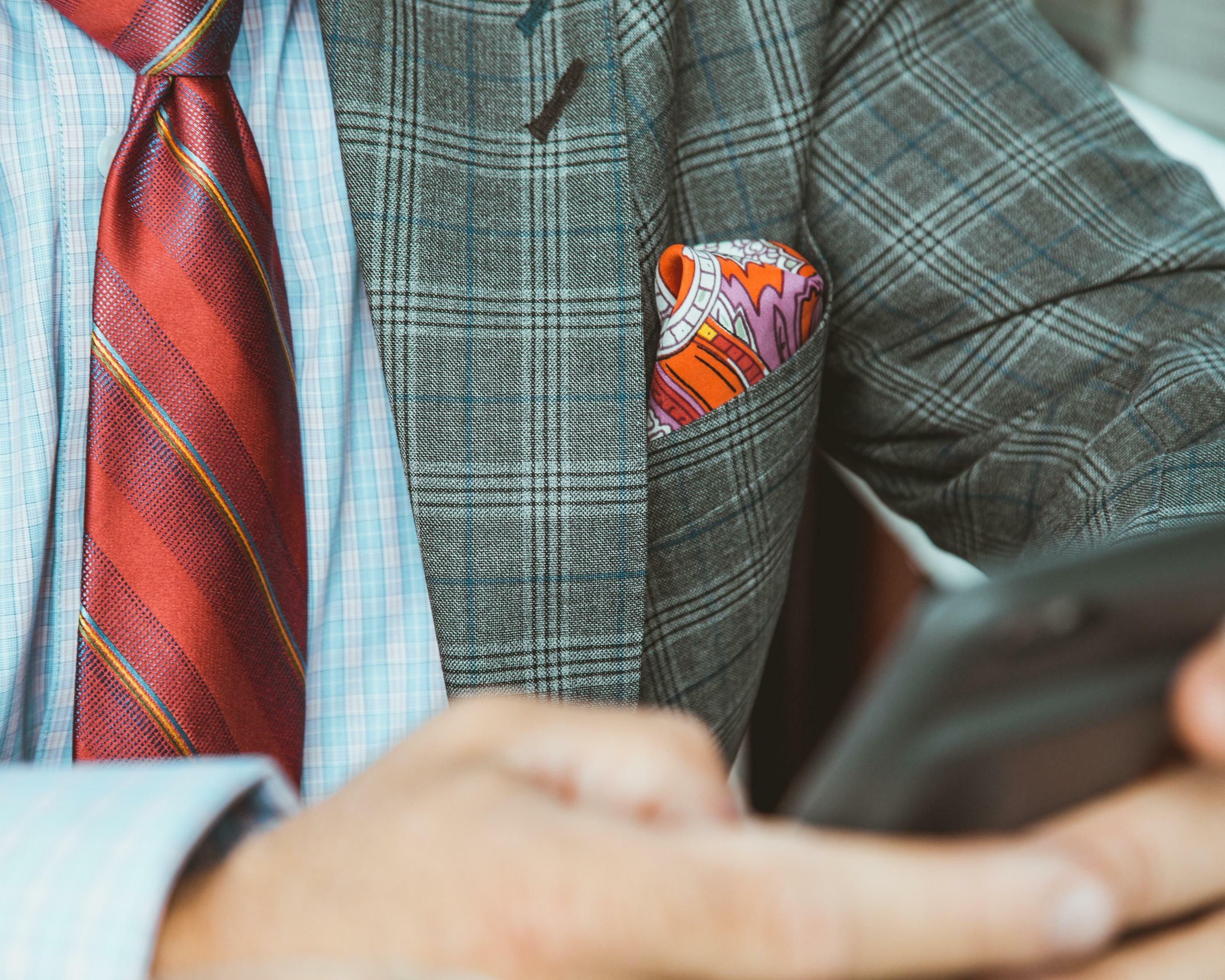 Hemd, Handschlag, Handy: Drei eherne Aspekte des Büro-Benimms