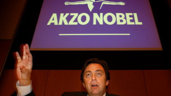 huGO-BildID: 3511199 CEO Hans Wijers of Dutch Chemical and Pharmaceutical multinational Akzo Nobel reacts during the presentation of the annual report in the eastern Dutch city of Arnhem, Netherlands, Tuesday Feb. 3, 2004. The company reported a 20 % fall in net profit, and forecast another fall in 2004. (AP Photo/Peter Dejong) Quelle: ap