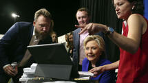 As she signs autographs, Democratic presidential candidate Hillary Clinton watches the World Series baseball game between the Chicago Cub and the Cleveland Indians after her final campaign rally of the day at Arizona State University in Tempe, Ariz., Wednesday, Nov. 2, 2016. (AP Photo/Andrew Harnik) Quelle: AP