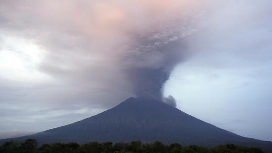 Eine Riesige Rauchsäule Steigt Am Montagmorgen Auf Der Urlaubsinsel Bali  über Dem Vulkan Mount Agung Auf