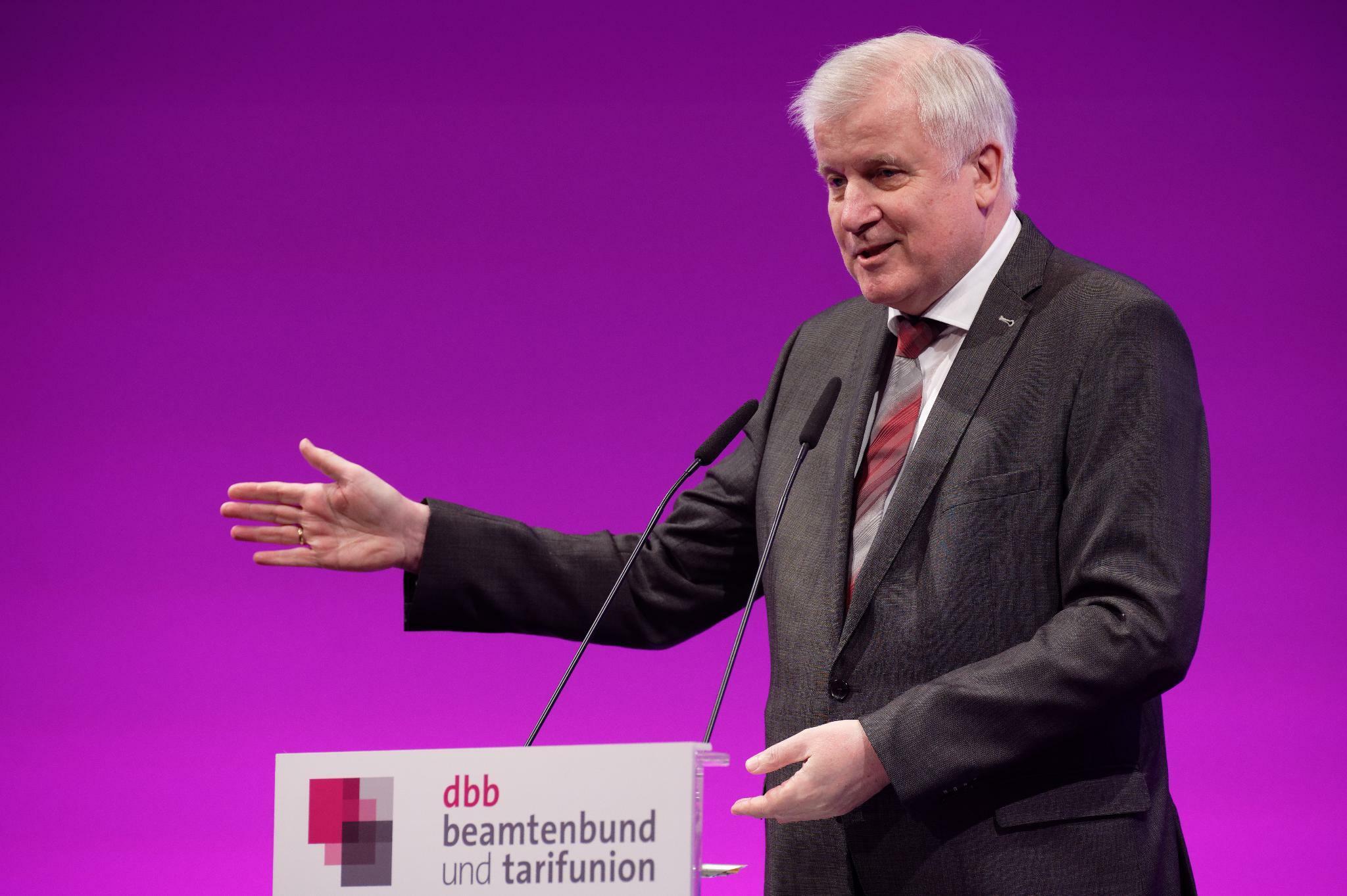Beamte: Seehofer will raschere Digitalisierung der Verwaltung